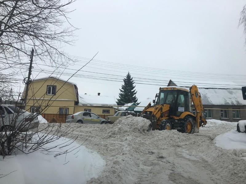 трактор чистит дорогу